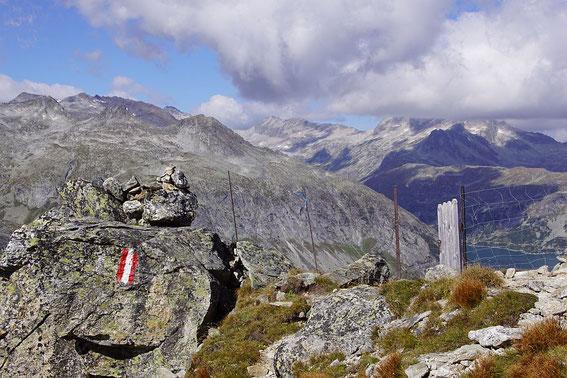 Am Weg zur Kattowitzer Hütte der Blick zurück nach Westen (rechts im Bild ist der Speicher zu erkennen)