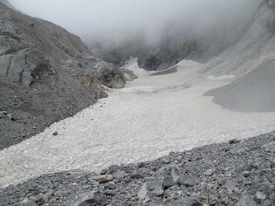Der Trog der Gletscherzunge ist noch gut mit Firn gefüllt, bis zum Herbst wird aber auch hier noch einiges abschmelzen
