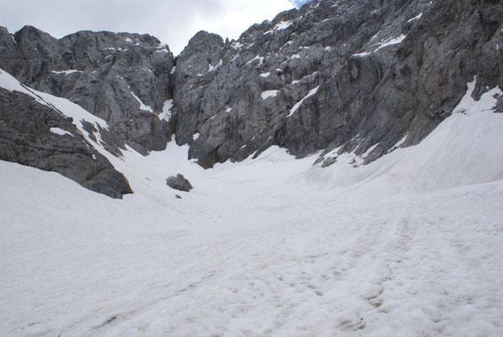 Die mit extrem viel Schnee gefüllte Gletscherzunge (im linken Bildteil der markante Felsen)