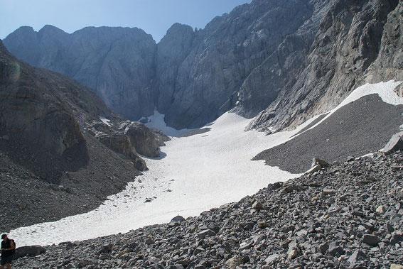 In der Gletscherzunge liegt heuer verhältnismäßig wenig Schnee, da es wenige große Lawinen gab, welche bis in den unteren Zungenteil vordrangen