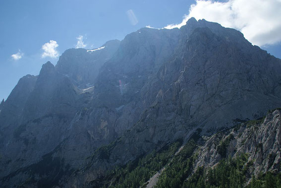 Die mächtige Nordwand des Prisank, der Fensterweg verläuft knapp rechts der Bildmitte