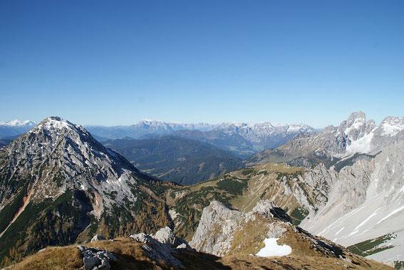 Der Blick Westen zwischen Rötelstein (links) und Bischofsmütze (rechts) zum Hochkönig