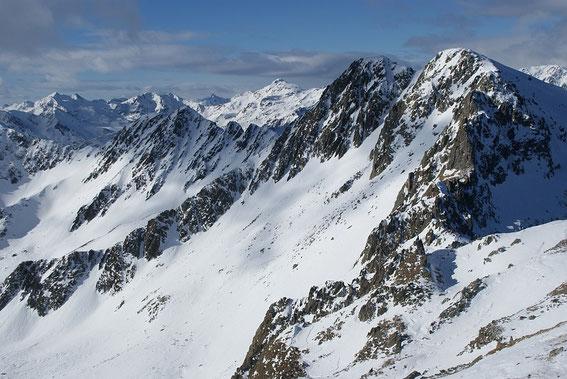 Vom Gipfel ist es nur ein Steinwurf zum Schroneck (rechts)