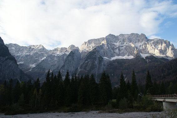 Blick von der Saisera zum Montasch (rechts)