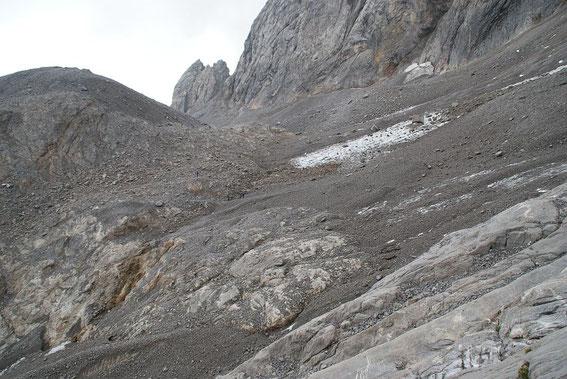 Nur mehr 5m breit ist der Zungenansatz an der schmalsten Stelle. Blick von Westen über den Gletscher