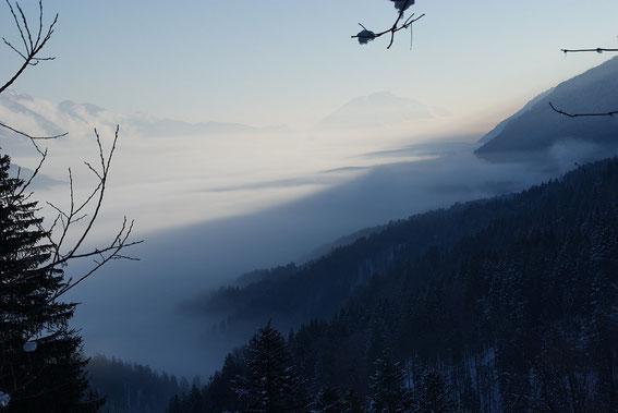 Beim Aufstieg der Blick zurück über den Nebel im Gailtal zum Dobratsch