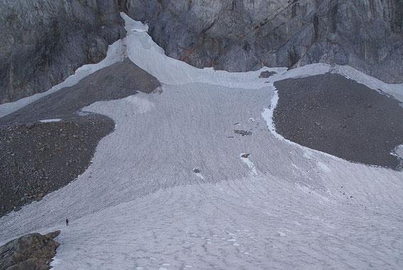 Blick von der Moräne über den Eisscheitel zum Wandfuß, sehr gut sind Neuschnee (weiß), Altschnee (hellgrau) und Firn (dunkelgrau) anhand der unterschiedlichen Färbung zu erkennen