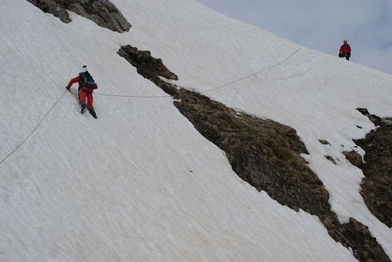 Über 40° steile Querung beim Zustieg, welche wir mittels Seilsicherung überwinden. Danke an den Chef der Bergrettung Kötschach-Mauthen!