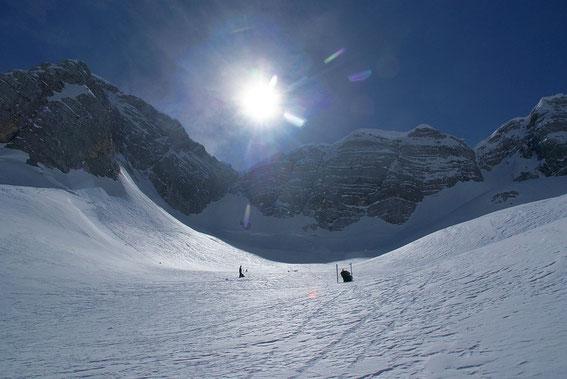 Anfellen und Aufstieg zum Wandfuß, rechts im Bild der höchste Punkt mit dem Beginn der Via Julia