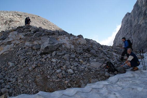 Einmessen des Schneerandes an einem der Messpunkte im Bereich es westlichen Eisscheitels