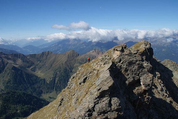 Die letzten Meter zum Gipfel geht es in unmittelbarer Gratnähe