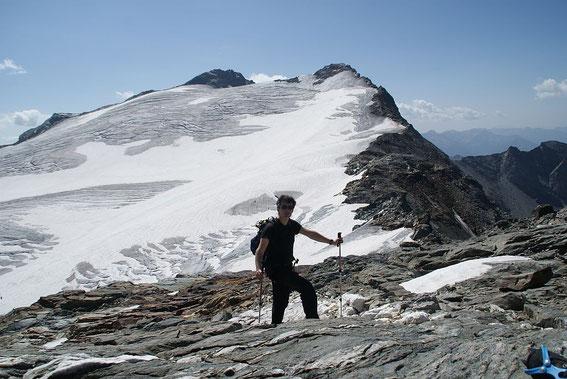 Schon auf den letzten felsigen Metern zum Gipfel, im Hintergrund Ankogel (links) und Schwarzkopf (rechts)