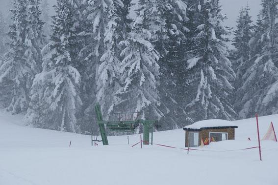 Der Lift versinkt fast im Schnee, ein seltener Anblick so spät im Jahr