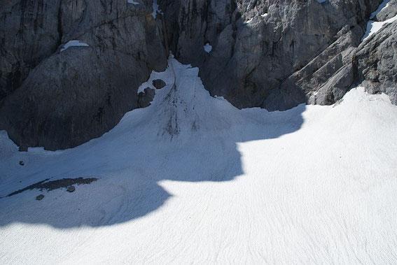 Blick von der Moräne über den Eisscheitel zum höchsten Punkt des Gletschers