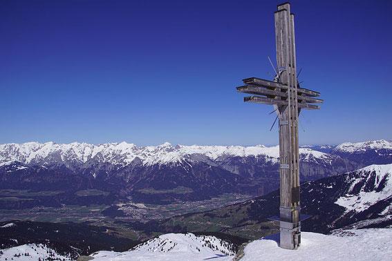 Der Gipfel mit dem mächtigen Kreuz ist erreicht