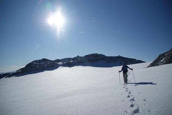 Am Weg über die Gletscherreste der Übergossenen Alm (der Normalweg führt am Grat ohne Gletscherberührung), im Hintergrund das Matrashaus