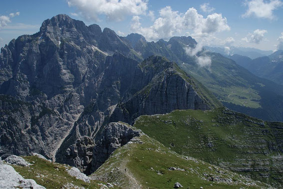 Beim Abstieg genießt  man  ständig den grandiosen Blick zum Monatsch, zur Terrarossa, zum Wischberg und auf die  Pecol Alm