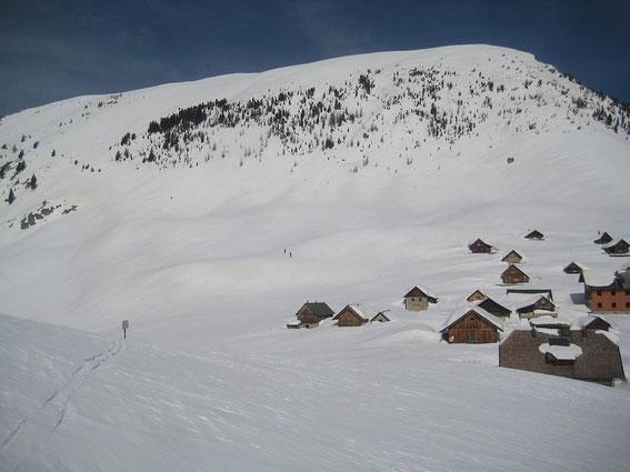 Die Feistritzer Alm mit der Südflanke, der Aufstieg erfolgt im linken Bildteil