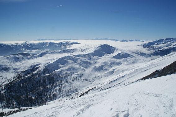 Die Julischen Alpen ragen am Horizont aus dem Hochnebel heraus, ein traumhafter Anblick
