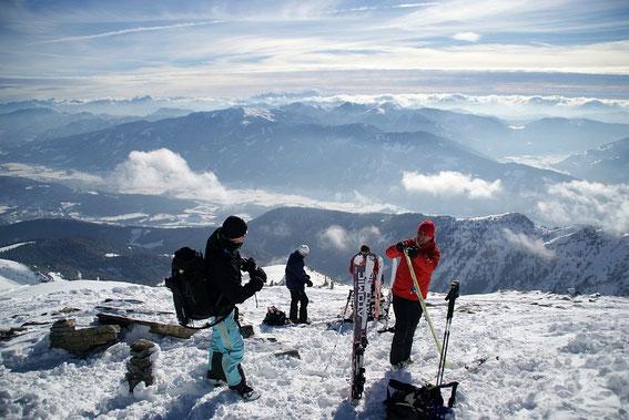 Am Gipfel angekommen der Blick über die Latschurgruppe nach Süden