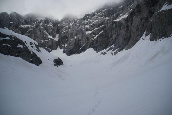 Der Blick vom Zungenende nach Süden zur Oberen Kellerwand. Nach der starken Schmelze im Sommer 2012 ist der Trog der Gletscherzunge deutlich tiefer als in den Vorjahren