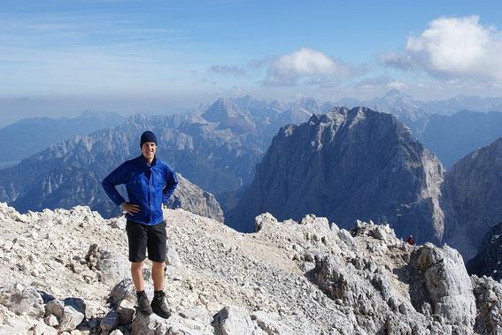 Am Gipfel mit dem Wischberg im Hintergrund