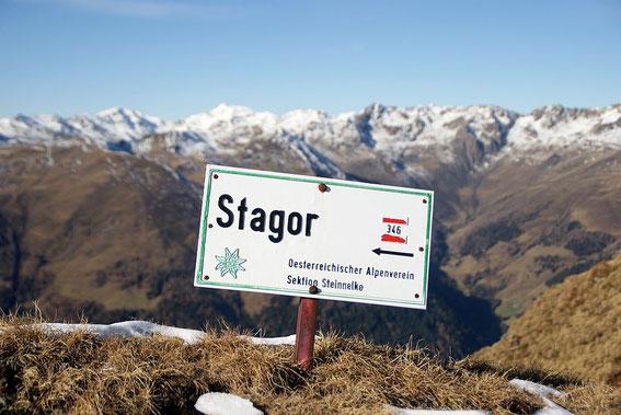 Am kleinen Sattel knapp nördlich vom Stagor, im Hintergrund das schon winterliche Kreuzeck