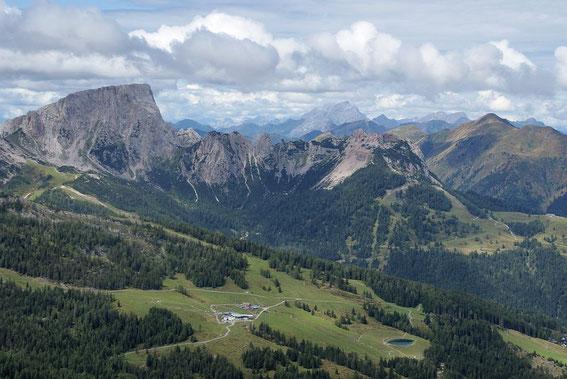 Vom Gipfel reicht der Blick nach Westen über den Trogkofel bis zum Collin