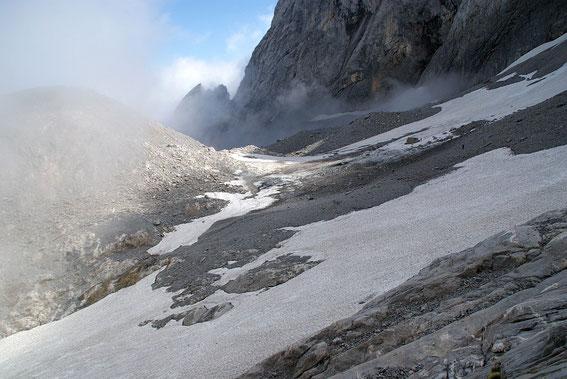 Da heuer wenige große Lawinen auf den Gletscher niedergegangen sind, liegt im Bereich des Eisscheitels relativ wenig Altschnee und es kommt Firn und an einer Stelle auch Blankeis zum Vorschein
