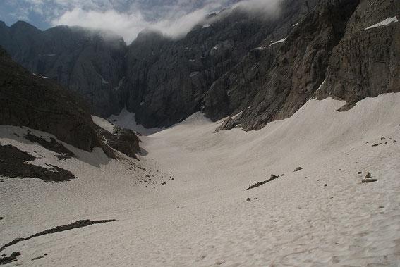 Blick vom unteren Ende der Gletscherzunge zum Wandfuß, noch liegen hier mehrere Meter Altschnee