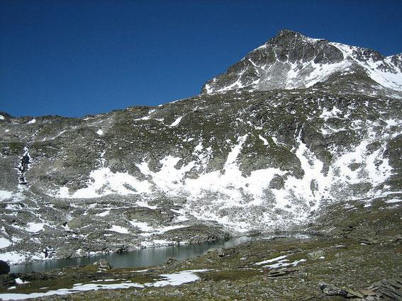 Das Südliche Schwarzhorn vom Unteren Schwarzhornsee aufgenommen, der Aufstieg erfolgt über die Rippe im linken Bildteil