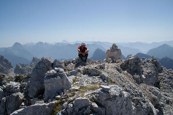 Am Gipfel bietet sich der herrliche Blick zu zahlreichen Juliergipfeln
