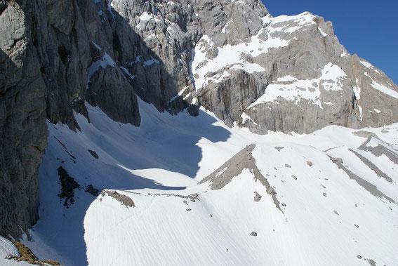 Blick von Osten auf den Gletscher, die Moränenhänge sind teilweise schon aper