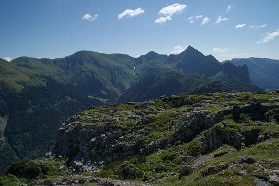 Der Blick nach Osten zum markanten Piz Timau, links davon deutlich kleiner der Promos und knapp rechts der Bildmitte Freikofel und Großer Pal