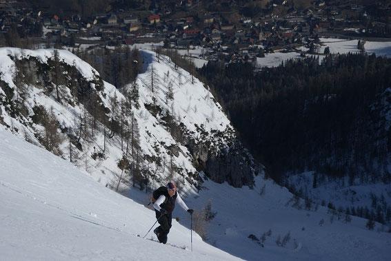 Die letzten Meter unterm Lahnerkreuz mit Tiefblick nach Bad Bleiberg