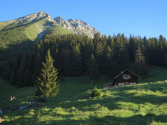 Achselbodenhütte mit dem Brandjochkreuz (linkester Gipfel)