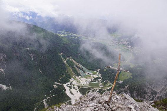 Gipfelkreuz am Visoka peč mit Tiefblick zu den Schanzenanlagen von Planica