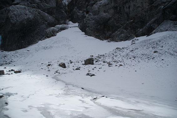Blick vom Eisscheitel zum höchsten Punkt des Gletschers, welcher von ein paar Firnspalten durchzogen ist