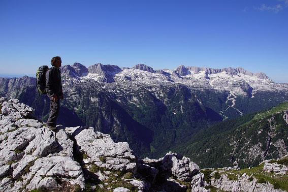 Der Weg führt teils in Gehgelände, teils durch Felsen; hier der herrliche Blick zum Kaninzug
