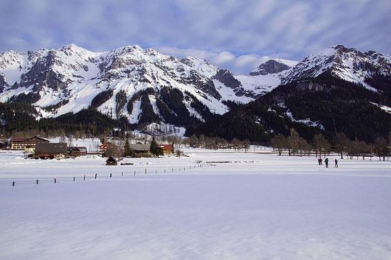 Abmarsch direkt in der Ramsau, der Eselstein ist links der markanten Einsattelung im rechten Bildteil zu erkennen.