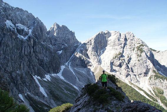 Am Grat knapp unterhalb der Forc. di Ratece, im Hintergrund die Alpe Moritsch und der M. Bucher