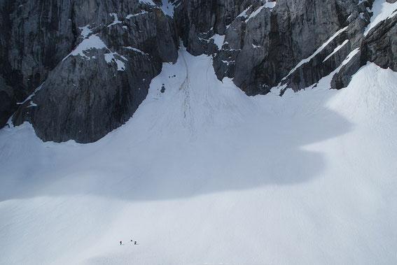 Der höchste Punkt des Gletschers, im Vordergrund links sieht man 2 Personen als Größenvergleich