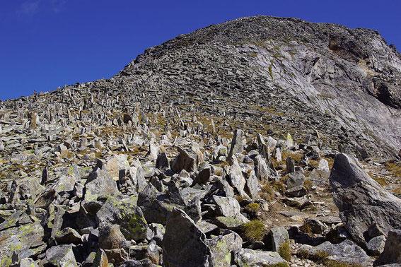 """Unzählige """"Steinmännchen"""" knapp unterhalb des Gipfels (rechts)"""