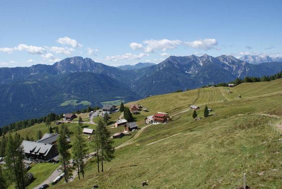 Der Abmarsch erfolgt auf der Emberger Alm, im Hintergrund zeigen sich Reißkofel und Jauken