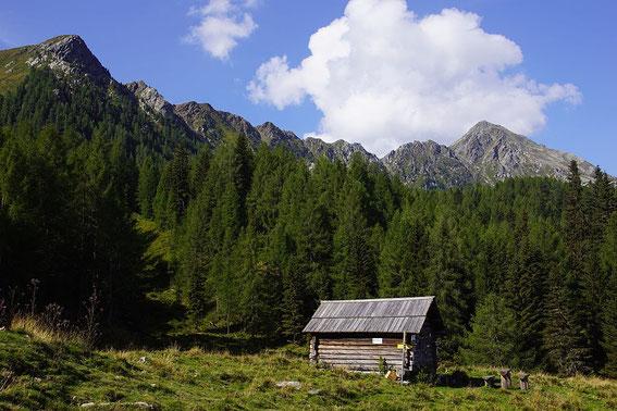 Mösernhütte mit Blick zum Kleinen (links) und Großen Salzkofel (rechts)