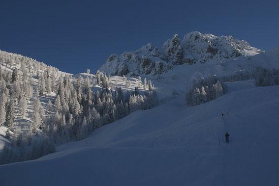 Aufstieg über die FIS-Abfahrt mit Blick zum Gartnerkofel
