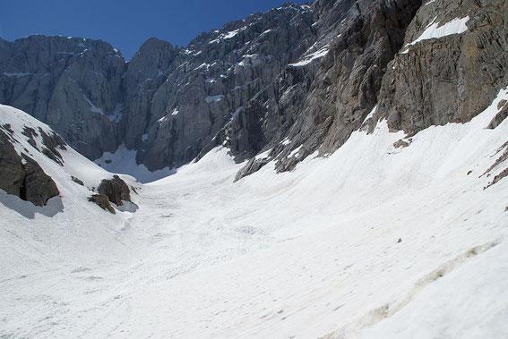 Im Trog der Gletscherzunge sind im linken Bildteil noch die seitlichen Schneeablagerungen der mächtigen Lawine aus dem Frühjahr zu erkennen.
