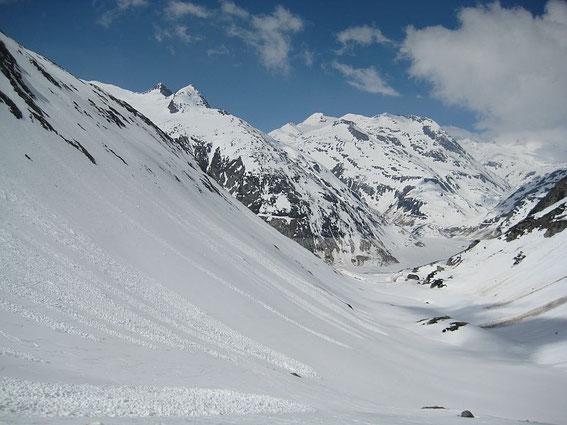 Der Blick durch das Tal zum Ausgangspunkt, im Hintergrund zeigen sich die Schwarzhörner  (rechts der Bildmitte) und ganz klein dahinter der Ankogel
