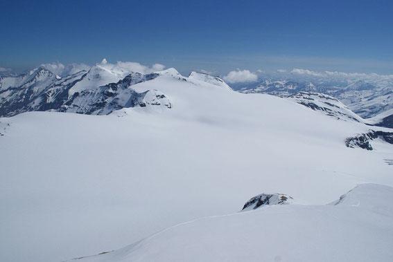 Blick zurück hinunter auf den Pasterzenboden (links hinten das Große Wiesbachhorn), Mitte Mai 2017 sind bis auf die größten Spalten alle schneebedeckt.