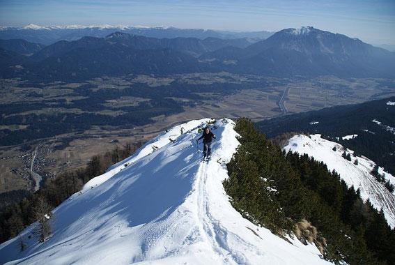 Am teils steilen Grat zum Gipfel, im Hintergrund rechts der Dobratsch